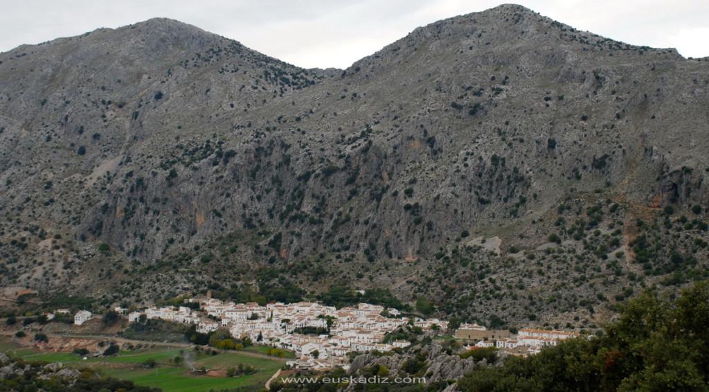 Villaluenga y la sierra del Caílllo desde la sierra de Las Nieves.