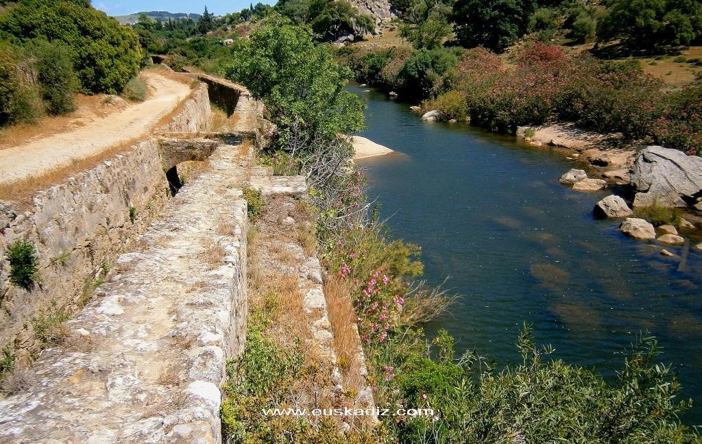 """El Cao de la """"Fabrica de Bombas"""" y el río Hozgarganta."""