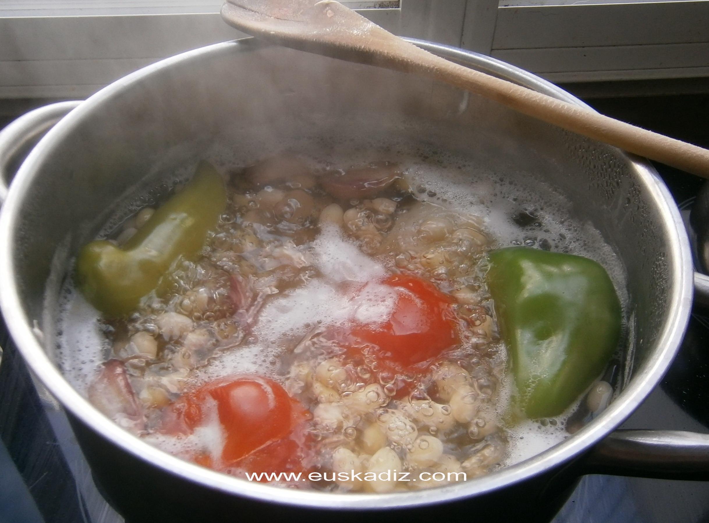 Cociendo las pochas.