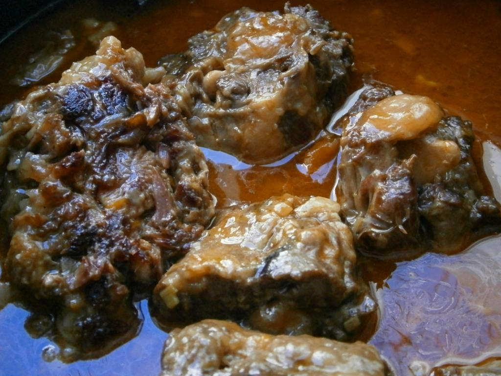 Plato terminado, la carne separada del hueso y la salsa reducida-Euskádiz
